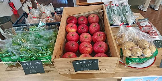 野菜や果物のディスプレイもいい感じ