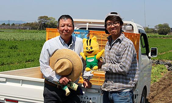 中村さんと息子さん。息子さんは、大学を卒業して農業を始めたばかりなんだって。