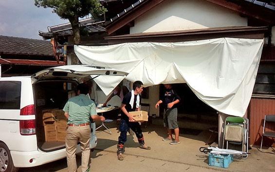 物資提供場所となっている公民館に、支援物資のお届け
