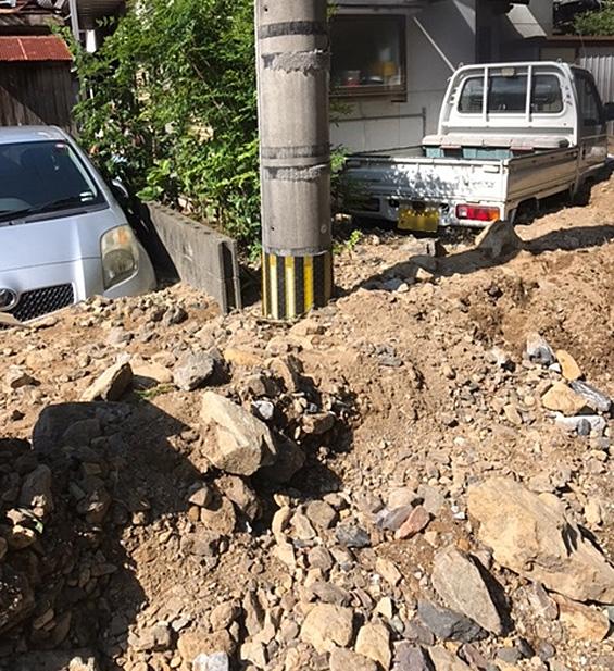 土砂が崩れ、車両が2台埋まっています(津久見市)