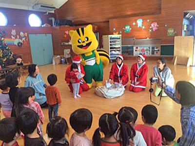 熊本地震の被災地にある保育園のクリスマス会に、ボクもお呼ばれ。 子どもたちと歌ったりして、楽しかった!