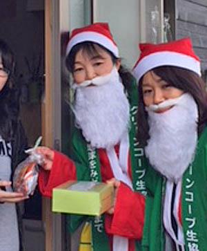 九州北部豪雨の被災地では、組合員さんたちがサンタさんの格好でケーキとお菓子をお届けしていたよ。
