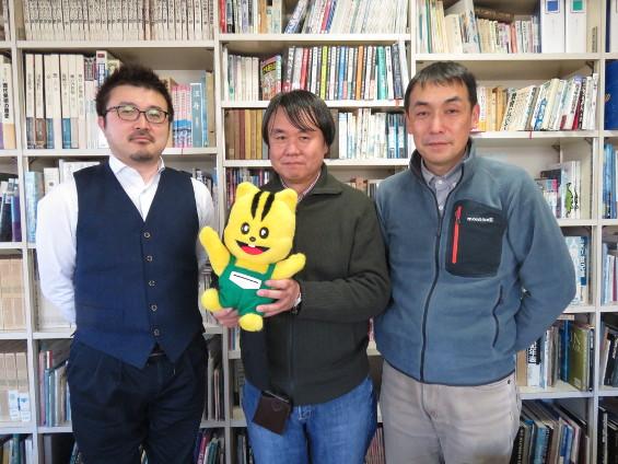新しいテレビCMをつくってくれるプロデューサーの釘宮さん(写真中央)、撮影監督の藪田さん(右)、音楽監督の古城さん(左)。