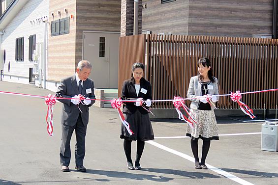 (左から)地域の自治会長さん、グリーンコープ生協ふくおか 坂本北九州地域理事長、グリーンコープ生協ふくおか 三原理事長