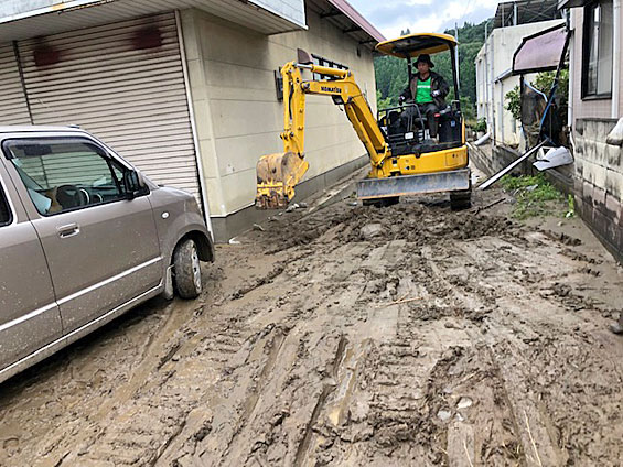 現地では泥出しが始まり、グリーンコープの産直青果生産者にもご協力いただいています